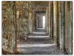 Glasunterlage Weg durch eine verlassene Ruine – Bild 1
