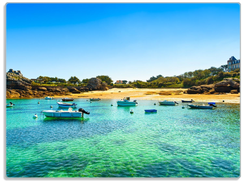 Glasunterlage Französische Bucht mit klarem Wasser und Booten – Bild 1