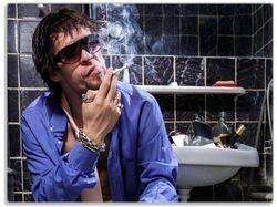 Glasunterlage Kloparty - Sexy Mann auf Toilette mit Zigarette – Bild 1
