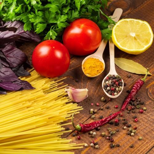 Möbelfolie Italienisches Menü mit Spaghetti, Tomaten, Basilikum und Gewürzen – Bild 3