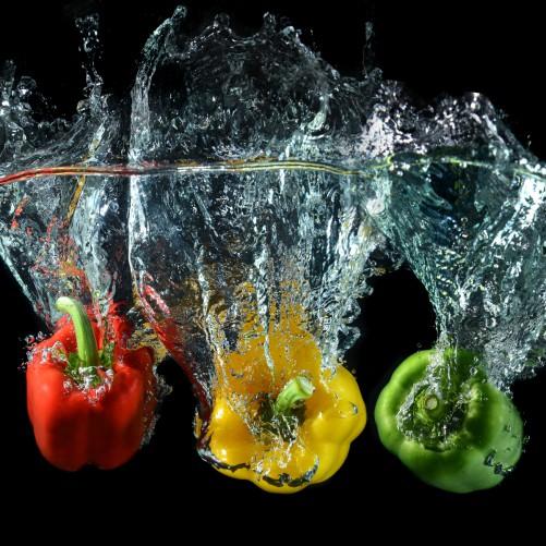 Möbelfolie Paprika-Mix - frische Paprika in rot, gelb und grün im Wasser – Bild 3