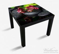 Möbelfolie Dunkelrote Orchideen-Blüte auf schwarzen Steinen mit Regentropfen – Bild 1