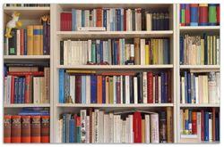 Herdabdeckplatte Weißes Bücherregal mit unterschiedlichen Büchern – Bild 1