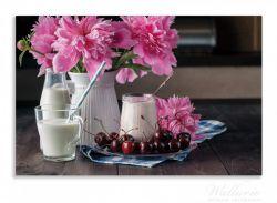 Herdabdeckplatte Milch mit Kirschen zum Frühstück mit rosa Blumenarrangement