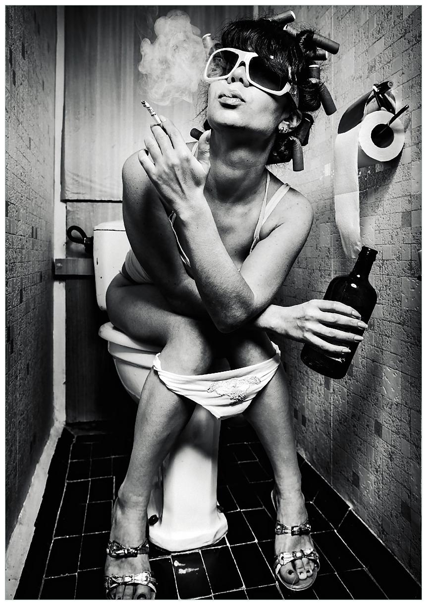 Wandbild Kloparty - Sexy Frau auf Toilette mit Zigarette und Schnaps – Bild 1