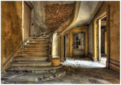 Wandbild Massive Steintreppe in herrenlosem Haus – Bild 1