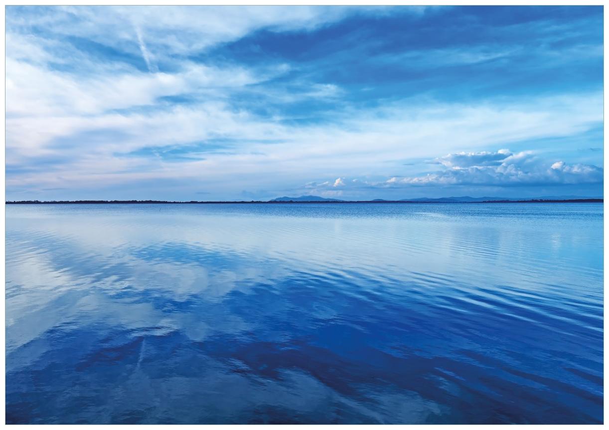 Wandbild Blaue Meeresbucht in Italien mit Spiegelung im Wasser – Bild 1