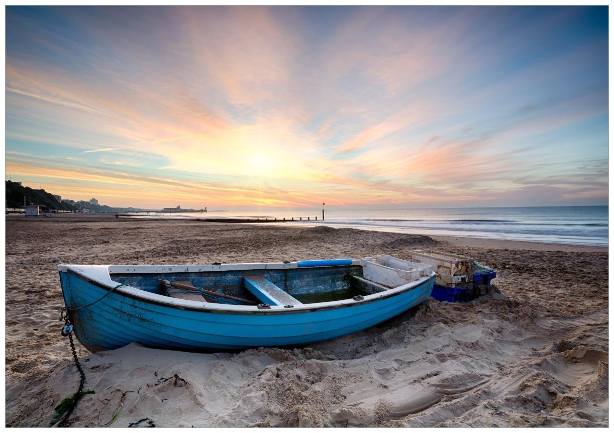 Wandbild Fischerboot am Strand bei Sonnenuntergang – Bild 1