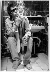 Wandbild Kloparty - Sexy Mann auf Toilette mit Zigarette SW – Bild 1