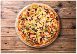 Wandbild Italienische Pizza mit Peperoni, Oliven. Paprika und Käse – Bild 1