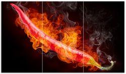 Herdabdeckplatte Heiße, brennende Chili-Schote vor schwarzem Hintergrund