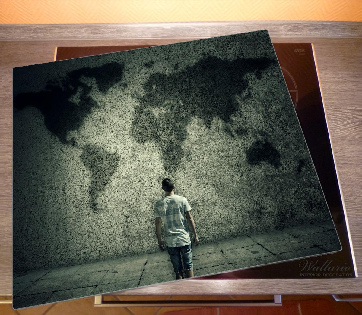 Herdabdeckplatte Kleiner Junge vor Weltkarte an grauer Beton-Wand – Bild 2