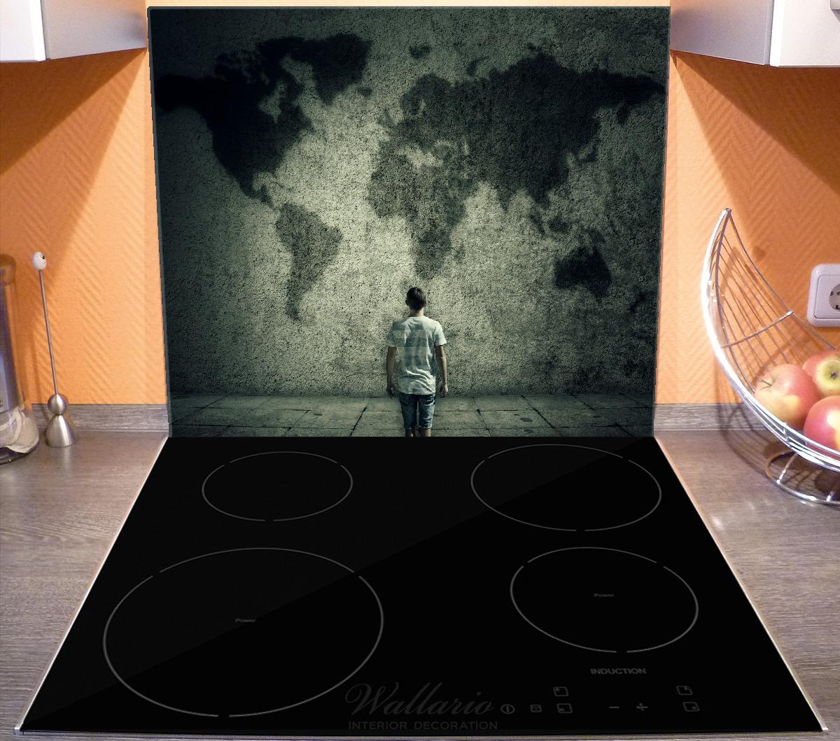 Herdabdeckplatte Kleiner Junge vor Weltkarte an grauer Beton-Wand – Bild 3