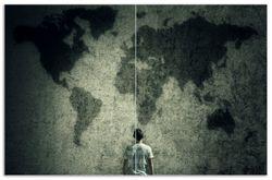 Herdabdeckplatte Kleiner Junge vor Weltkarte an grauer Beton-Wand – Bild 1