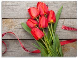 Glasunterlage Rote Tulpen auf einem alten Holztisch – Bild 1