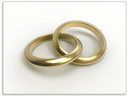 Glasunterlage Zwei goldene Eheringe in Nahaufnahme auf weißem Grund – Bild 1