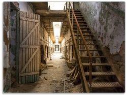 Glasunterlage Leuchtender Gang in altem verlassenen Gefängnis – Bild 1