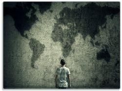 Glasunterlage Kleiner Junge vor Weltkarte an grauer Beton-Wand – Bild 1