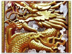 Glasunterlage Traditionelle chinesische Holzarbeit am Tempel mit Drachen in rot und gold – Bild 1