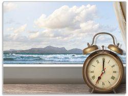 Glasunterlage Guten Morgen sagt das Meer - Wecker und Vorhang am Fenster – Bild 1