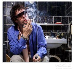Herdabdeckplatte Kloparty - Sexy Mann auf Toilette mit Zigarette – Bild 1