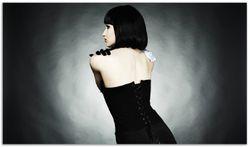 Herdabdeckplatte Schöne Frau im schwarzen Kleid zeigt ihren Rücken – Bild 1