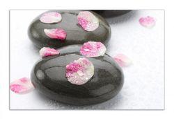 Herdabdeckplatte Dunkle Steine mit Blütenblättern – Bild 1