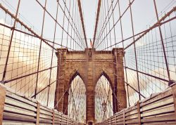 Glasbild New York - Auf der Brooklyn Bridge