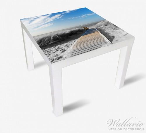 Möbelfolie Auf dem Holzweg zum Strand in schwarz-weiß Optik – Bild 2