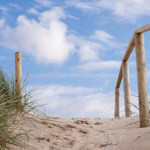 Möbelfolie Auf der Holztreppe zum Strand – Bild 3
