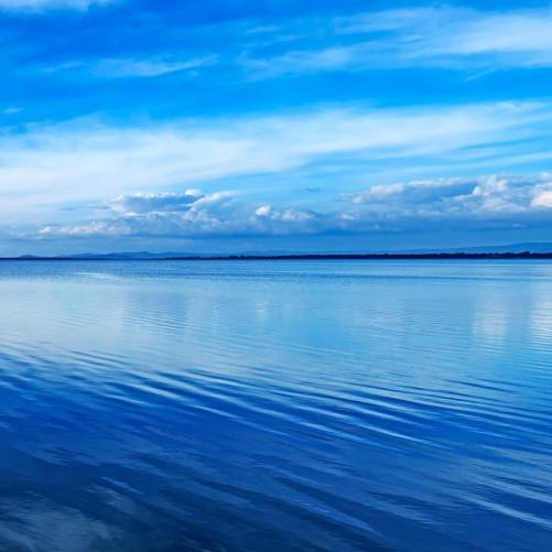 Möbelfolie Blaue Meeresbucht in Italien mit Spiegelung im Wasser – Bild 3