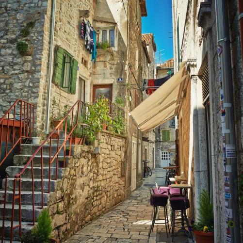 Möbelfolie Romantische Gasse in Kroatien mitten in der Stadt – Bild 3