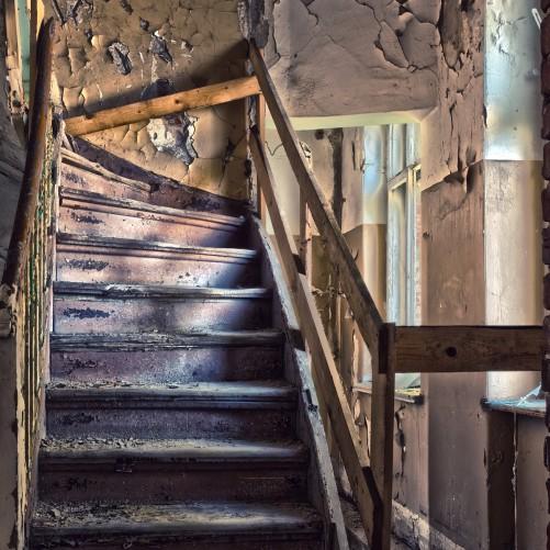 Möbelfolie Treppe in einem alten Haus – Bild 3