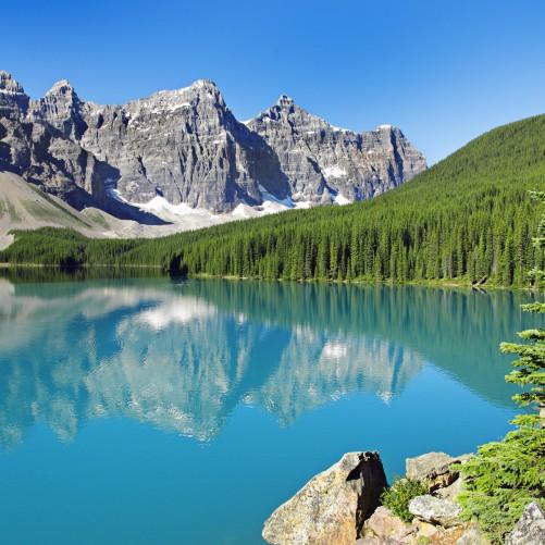 Möbelfolie Tiefblauer See mit Bergpanorama und Wäldern – Kanada – Bild 3