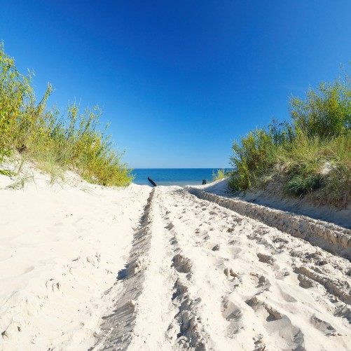 Möbelfolie Auf dem Sandweg zum Strand - Blauer Himmel über dem Meer – Bild 3