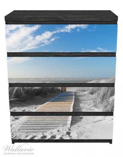 Möbelfolie Auf dem Holzweg zum Strand in schwarz-weiß Optik – Bild 1