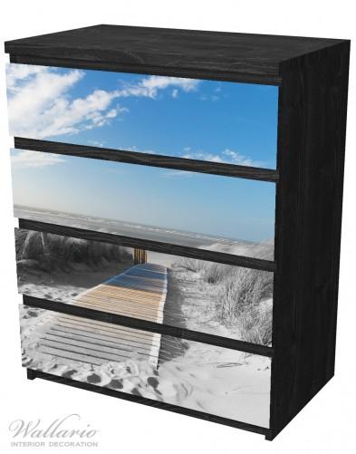 Möbelfolie Auf dem Holzweg zum Strand in schwarz-weiß Optik – Bild 4
