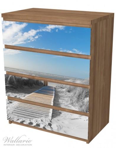 Möbelfolie Auf dem Holzweg zum Strand in schwarz-weiß Optik – Bild 6