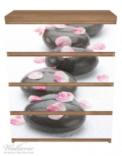 Möbelfolie Dunkle Steine mit Blütenblättern – Bild 3