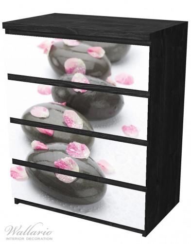 Möbelfolie Dunkle Steine mit Blütenblättern – Bild 4