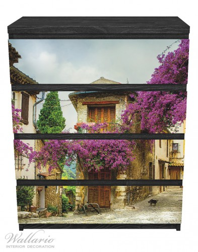 Möbelfolie Malerische Stadt in der Provence mit bunten Blumen – Bild 1