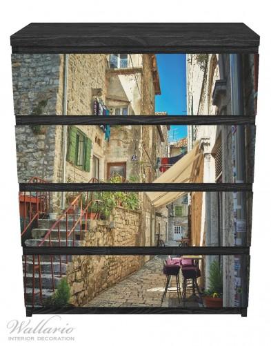 Möbelfolie Romantische Gasse in Kroatien mitten in der Stadt – Bild 1
