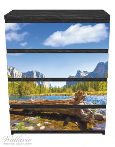Möbelfolie Baumstamm im Fluss zwischen Bergen und Wäldern – Bild 1