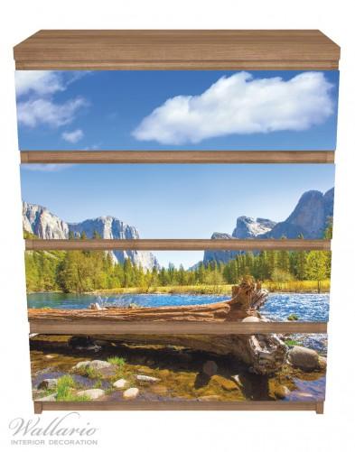 Möbelfolie Baumstamm im Fluss zwischen Bergen und Wäldern – Bild 3