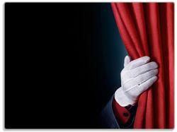 Glasunterlage Vorhang auf für die Show, Hand hinterm roten Vorhang – Bild 1