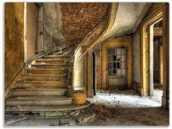 Glasunterlage Massive Steintreppe in herrenlosem Haus – Bild 1