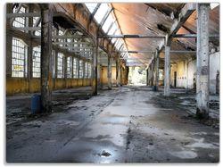 Glasunterlage Alte Industriehalle  leerstehend und einsam – Bild 1