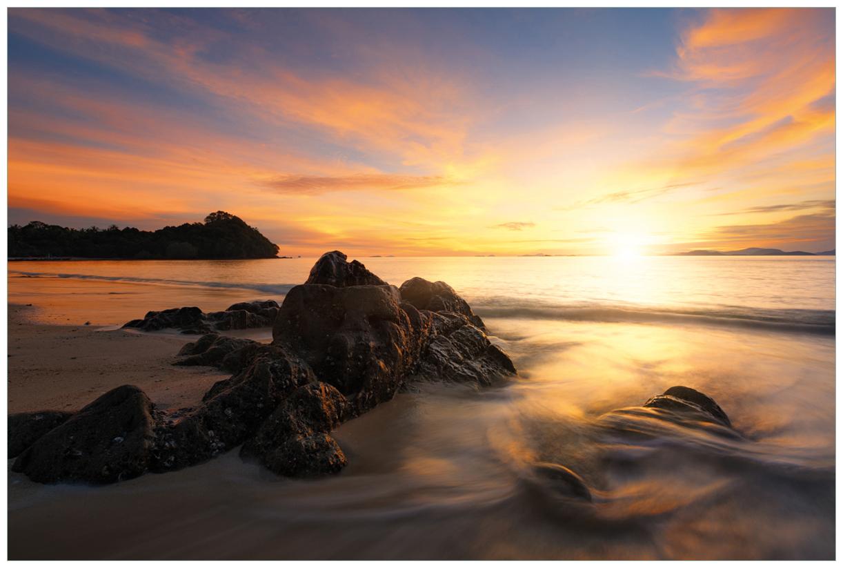 Vliestapete Sonne über dem Meer mit Felsenlandschaft – Bild 1