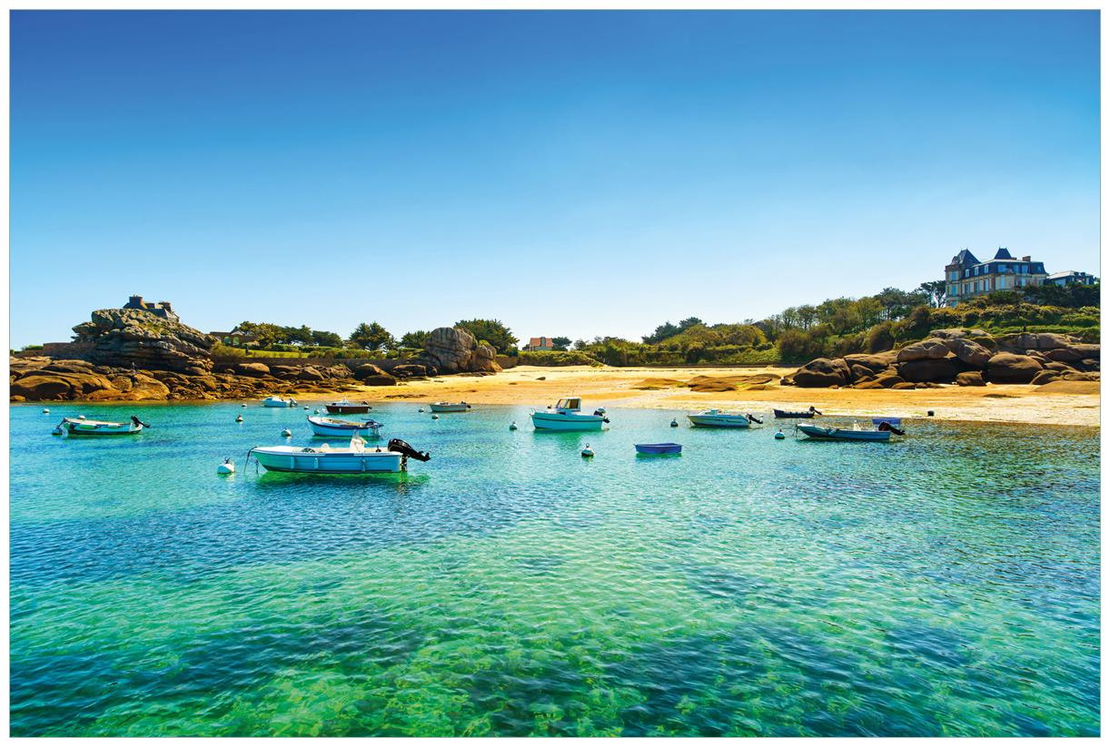 Vliestapete Französische Bucht mit klarem Wasser und Booten – Bild 1