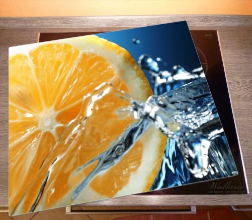 Herdabdeckplatte Orange in spritzigem Wasser vor blauem Hintergrund – Bild 2